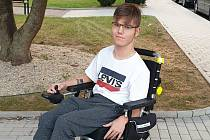 """Jeho největším snem, který mohou podpořit i čtenáři Deníku, je projít se s berlemi a alespoň chvíli zapomenout na invalidní vozík. """"Cítit se prostě jako normální kluk!"""""""