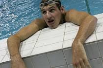 Současný nejlepší plavec Koh–i–nooru Č. Budějovice Karel Baloun zaplaval první stometrový úsek štafety měst za 59 vteřin a v cíli bylo vidět, že se vydal ze všech sil.