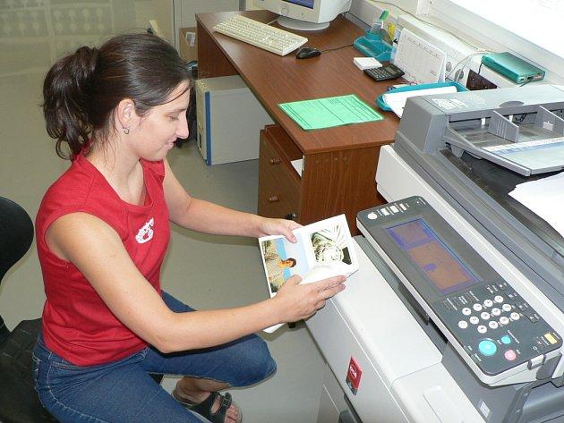 """Díky moderní technice dnes můžete poslat """"pohlednici"""" odkudkoli ze světa mailem a Česká pošta, s. p., ji doručí druhý den. Na snímku u tiskárny Michala Šmejkalová."""