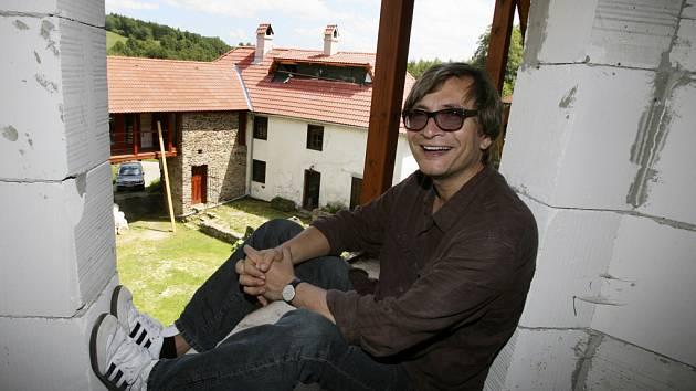 Rudy Linka (na snímku na své chalupě) podal trestní oznámení na Jana Nedvěda, svého bývalého partnera, s nímž pořádal Bohemia Jazz Fest.