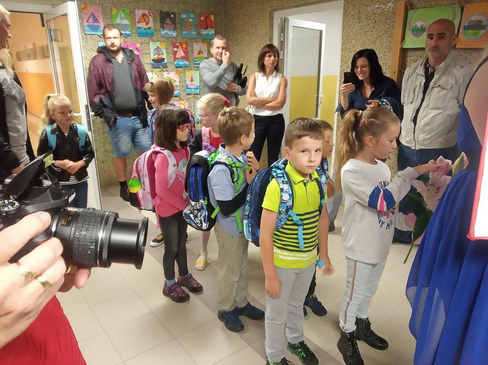 První školní den uvítali nové prvňáčky i na základní škole Oskara Nedbala v Českých Budějovicích.
