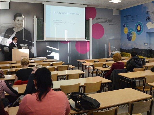 Výzdoba stěn ve zrekonstruované učebně Ekonomické fakulty připomíná práci Magdaleny Hrabánkové, která se stala první ženou v čele Jihočeské univerzity.