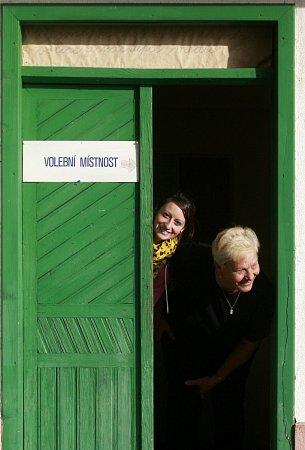 Nejmenším volebním okrskem vjižních Čechách je s20 voliči Třitim na Vltavotýnsku.Pavlína Bromová a Věra Jankovská vyhlížejí voliče.