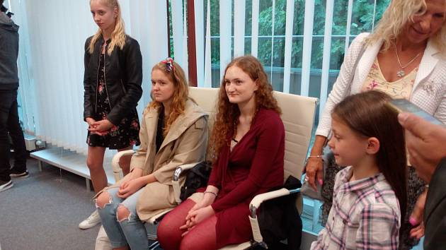 Příspěvek na studium v Cambridge získala Eliška Andršová (v červeném) od zástupců společnosti OIG Power, partnera Běhu Jihočeských nadějí.