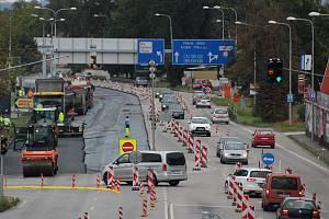 Českobudějovická ulice Na Dlouhé louce s omezeným provozem v sobotu dopoledne.