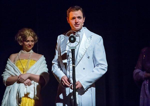 Jihočeské divadlo uvádí adaptaci slavného muzikálu Zpívání vdešti. Upublika má úspěch, obdiv budí mj. stepařská čísla. Na snímku Kateřina Šildová a Jan Kříž.