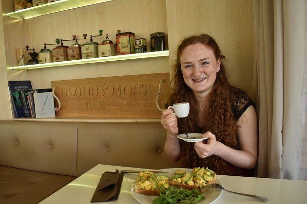 Studentka Cambridge Eliška Andršová pochází zmalé vesnice na Českokrumlovsku. V16 letech odjela za studiem do Honkgkongu, nyní studuje práva vBritánii. Vbudoucnu se chce věnovat mezinárodnímu právu.