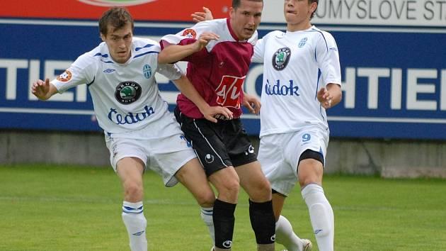 Marek Plichta (na snímku mezi Davidem Brunclíkem a Milanem Kopicem)
