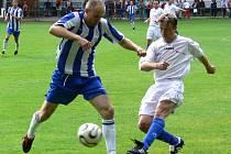 Bavorovický Svatopluk Vokurka (vpravo) atakuje Martina Jankovského v podzimním derby na Hluboké, kde Mariner vyhrál 3:1. Už v sobotu mají Hlubočtí příležitost k odvetě.