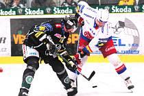 Hokejistům HC Mountfield se na Mladou Boleslav nedaří a v úterý s ní prohráli letos už popáté. Na snímku bojují Tomáš Vak (v bílém) s domácím Richardem Králem.