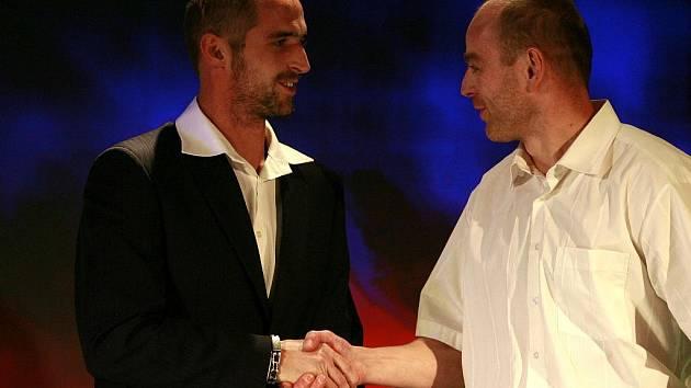 Pátý v anketě jihočeských sportovců Jakub Smrž (vlevo) gratuluje čtvrtému kanoistovi Lukáši Novosadovi.