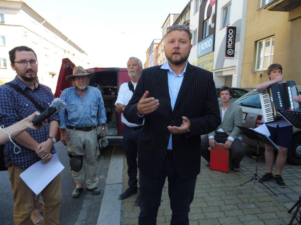 Jedenáct Kamenů zmizelých za českobudějovické oběti nacismu. Na snímku je ředitel Paměti národa na jihu Čech Tomáš Trantina.