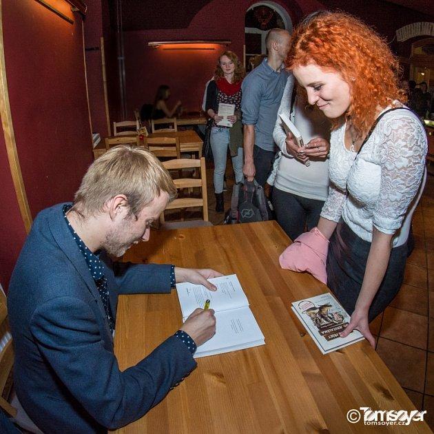 Ladislav Zibura napsal knihu 40dní pěšky do Jeruzaléma. Snímek zlistopadového křtu knihy ve vyprodaném sále českobudějovického KD Slavie.