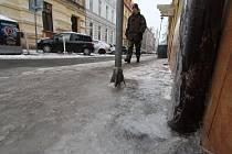 Ledové plotny jsou pro chodce nebezpečím.