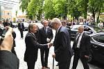 Prezident Miloš Zeman dorazil před českovelenické centrum Fénix, kde ho čeká neveřejné  jednání s představiteli města. Poté se setká v parku naproti s občany.