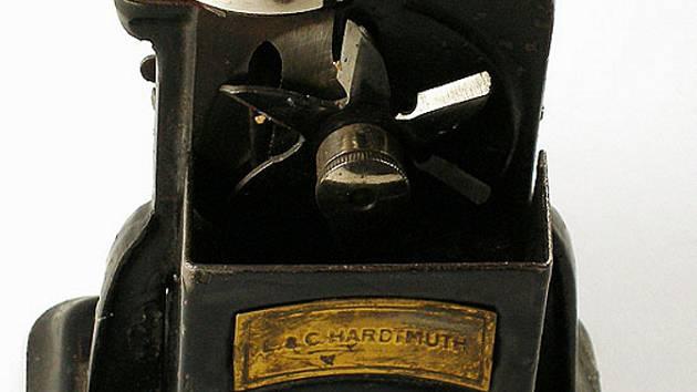 Vystavované mechanické ořezávátko.