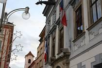 Francouzská vlajka na českobudějovické radnici o víkendu zavlála na půl žerdi.