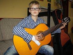 Z nové kytary má nyní radost Mirek Svepeš z Loučovic.