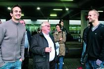 """""""Smí se u vás kouřit na veřejnosti? A v restauracích?"""" ptal se ihned po příletu sympatický prezident klubu Mathi Raedschelders s doutníkem v ruce (uprostřed). Výpravu přivítal na letišti bývalý hráč Jihostroje Jan Pitner (vlevo)."""