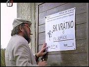 Postava docenta (Jan Hraběta) maluje plakát. Jihočeské názvosloví je zjevné.