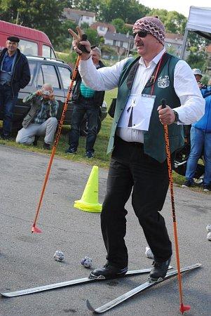 Petr Shýbal, kapelník nejstarší jihočeské dechovky Babouci, musel na festivalu vBatelově soutěžit vjízdě na běžkách po asfaltu. Jel na jistotu svědomím, že ještě hodinu pak bude muset hrát.