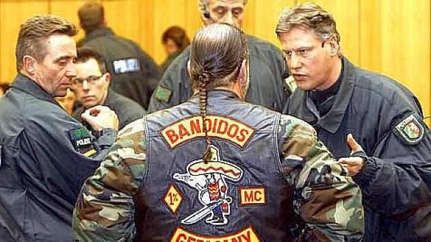 Členové bandy před jednáním v Linci.