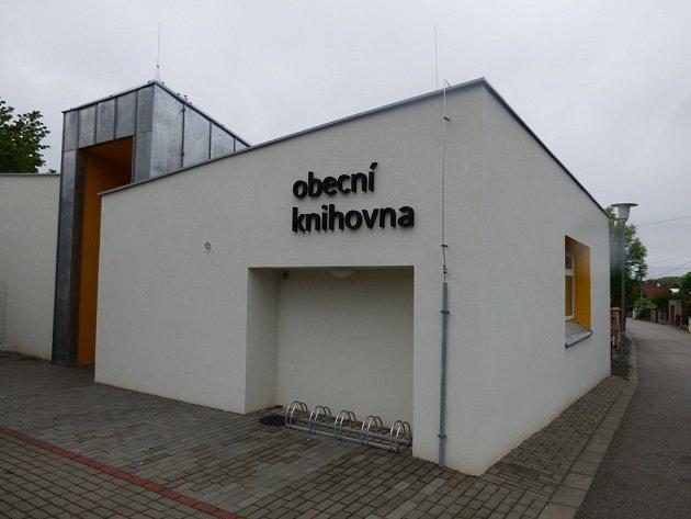 Nová knihovna, fungující v Boršově nad Vltavouod podzimu, vznikla rekonstrukcí původních garáží.