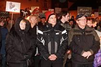 Ač při čtvrteční demonstraci na českobudějovickém Piaristickém náměstí převažovali odpůrci zastoupení KSČM v Radě Jihočeského kraje, dorazili také lidé, jimž komunisté nevadí. Zástupci obou táborů se pak vzájemně překřikovali.