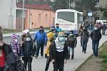 V pondělí 30. listopadu 2020 přišly do škol další ročníky. Snímek je z rána před Základní školou Trhové Sviny.