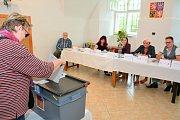 Vltavotýnští vybírají europoslance i ve volební místnosti v budově městského muzea.