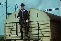 Pan Tau odjíždí na mrazicím vozu na zlivském nádraží.