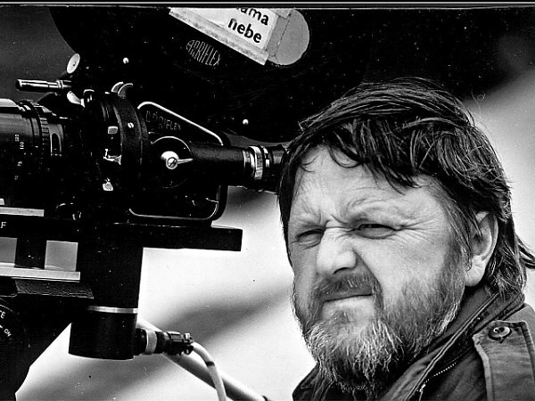 Mistr kamery Andrej Barla při natáčení snímku Pod nohama nebe.