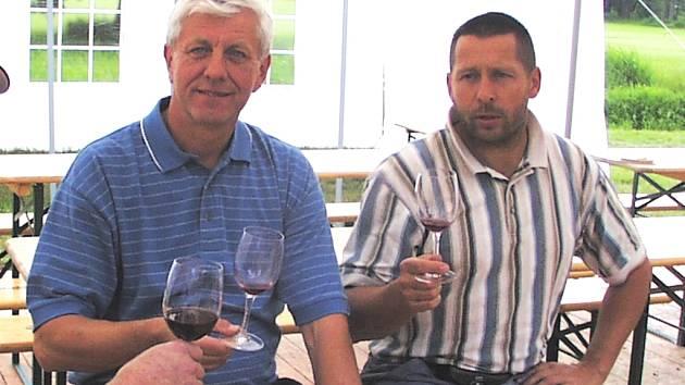 Jaroslav Jágr (vlevo) si připíjí na zdar jihočeského hokeje s prezidentem Golfového klubu v Týně nad Vltavou Zdeňkem Luňáčkem.