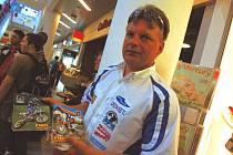 Jan Tomášek představuje na autogramiádě Moto team Excel.