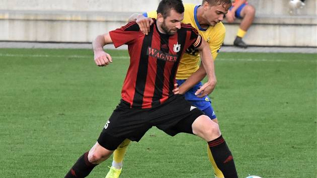 Fotbalisté FC Písek hostí ve III. lize Brozany doma už v pátek od 10.15 hodin. Na snímku z jejich utkání s Domažlicemi (1:0) je vpravo Jakub Held v souboji s domažlickým Hrubým.