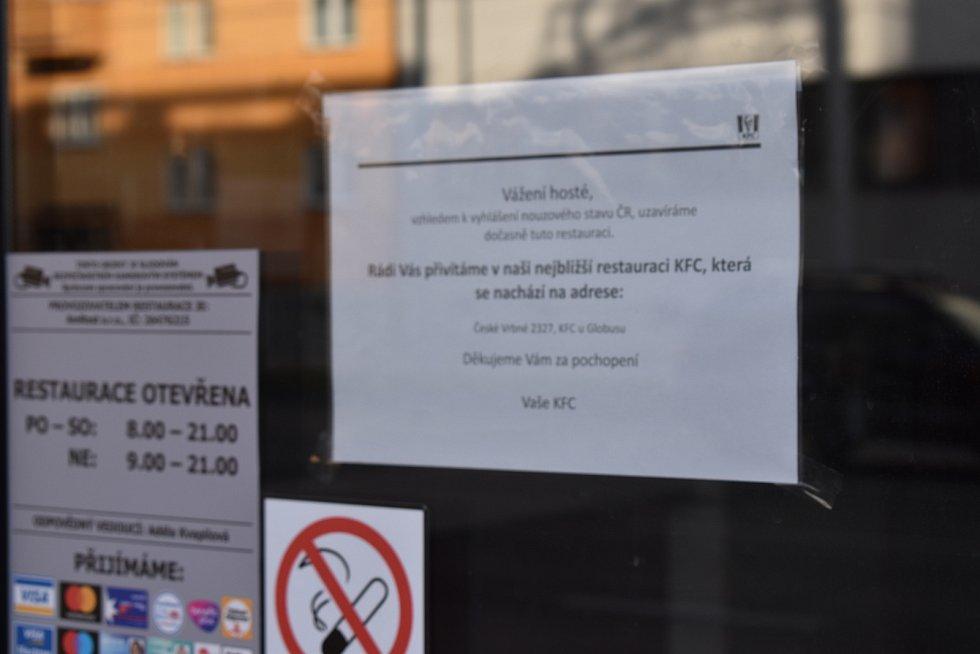 Některé obchody musely v sobotu zavřít. Zatím do 24. března.
