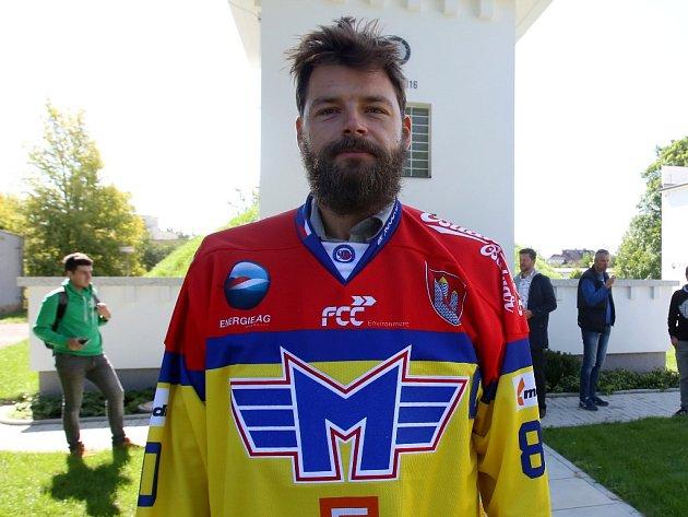 Kapitán Zdeněk Kutlák představuje nový dres ČEZ Motoru.