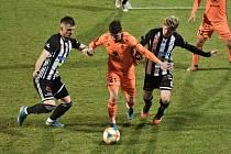 V minulém domácím utkání fotbalisté Dynama porazili Ml. Boleslav 3:0 (Benjamin Čolič a Pavel Šulc atakují boleslavského Höniga) a uspět by chtěli i dnes ve šlágru s Baníkem).
