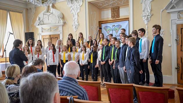 Pěvecký sbor českobudějovického Gymnázia Jana Valeriána Jirsíka při vystoupení.