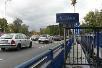 Další silniční most přes Vltavu by chtěla českobudějovická radnice. Chystala kvůli tomu změnu územního plánu u nemocnice, která ale zřejmě zde nebude úspěšná. Na snímku je most přes Vltavu u vodárny.