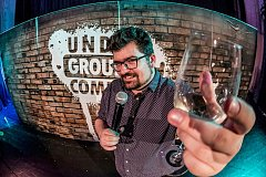 Adam Balažovič je stand-up komik, kterého na pódiu málokdy uvidíte bez sklenky vína.