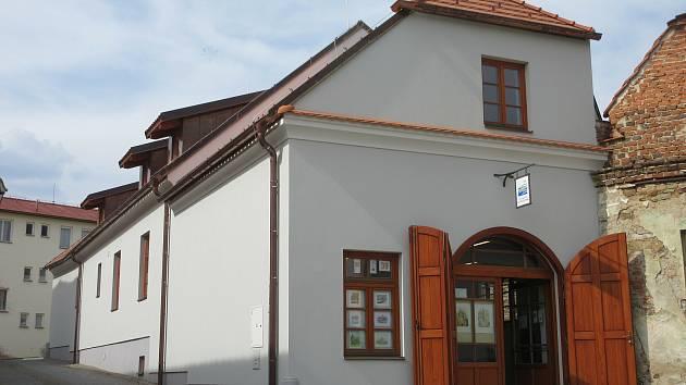 Za okny vystavují v Komunitním centru Týn nad Vltavou práce Miroslava Petříka. Důvodem je uzavření vnitřních prostor.
