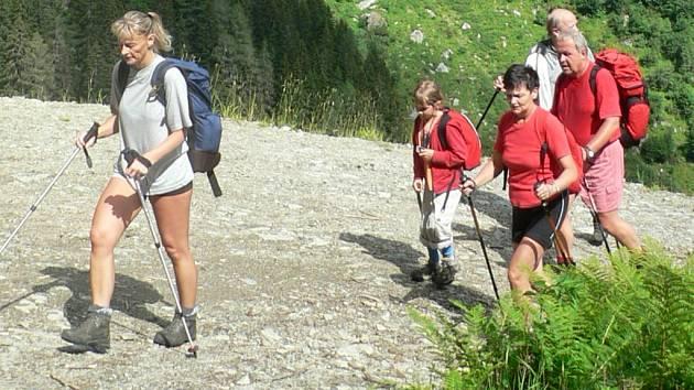 Chůze se speciálními holemi – nordic walking, už se delší dobu prosazuje při vysokohorských túrách (na snímku členové jihočeského Spolku přátel Alp – Alpenverband Lán v rakouských Alpách).
