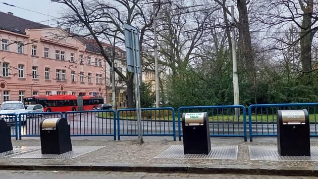 V českobudějovické ulici Na Sadech začaly sloužit podzemní kontejnery na tříděný odpad. Stavba skončila o měsíc dříve, než se plánovalo. Foto: magistrát města České Budějovice