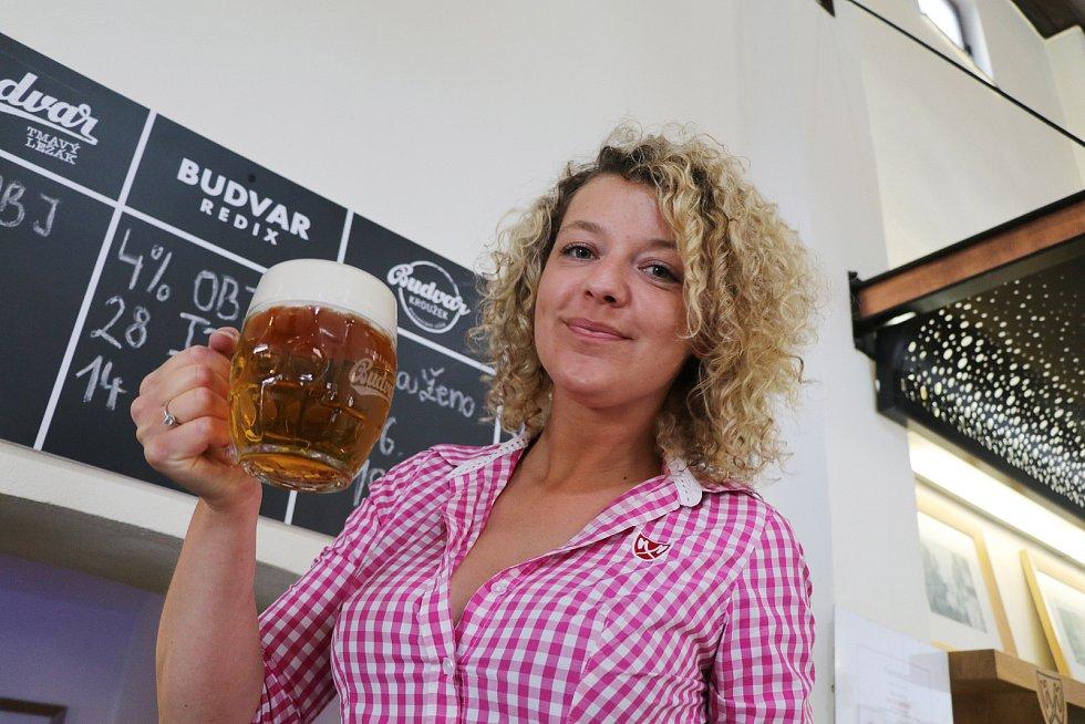 Nové pivo z českobudějovického Budvaru se jmenuje Redix. Začalo se čepovat v Masných krámech. Na snímku servírka Michaela Huszarová.