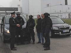Náměstek jihočeského policejního ředitele Roman Bláha diskutuje se členy policejní jednotky v Temelíně.