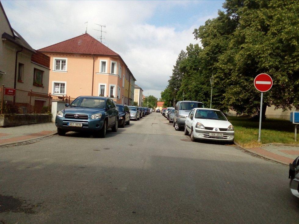 Od října 2021 budou modré zóny v Českých Budějovicích zavedeny také na Lineckém předměstí kolem Lidické třídy. Na snímku Janského ulice.