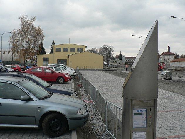 Parkoviště v Jírovcově ulici v Českých Budějovicích už je částečně v provozu. Příjezd je ale provizorní. Dokončeno má být v listopadu.