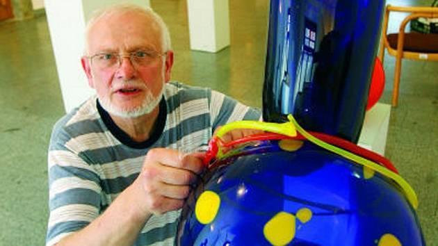 Akademický sochař – sklář  Pavel Werner připravuje do expozice  jednu  z foukaných plastik s vtipným názvem Přemostění koule.