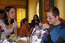 V italské pizzerii nadělovali voňavé dárky  dětem s Downovým syndromem